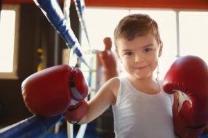niño feliz despues de la clase de boxeo