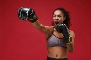 mujer practicando boxeo al aire