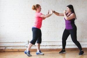 mujeres practicando boxeo